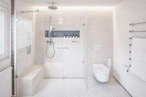Dusche und WC-Bereich im neuen Bad.