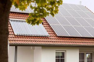 Beispiel, wie Module für Solarstrom und für Solarwärme auf einem Hausdach installiert sind.