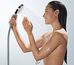 Ausgiebig Duschen macht Spaß. Dabei bleibt der Wasserverbrauch bei Markenprodukten überschaubar. Foto: Hansgrohe